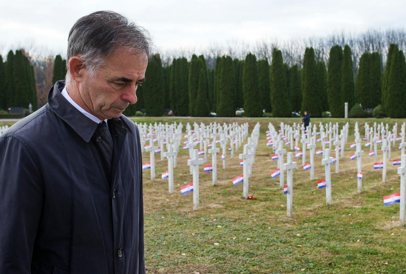 Pupovac odao počast vukovarskim žrtvama, dio građana okrenuo mu leđa