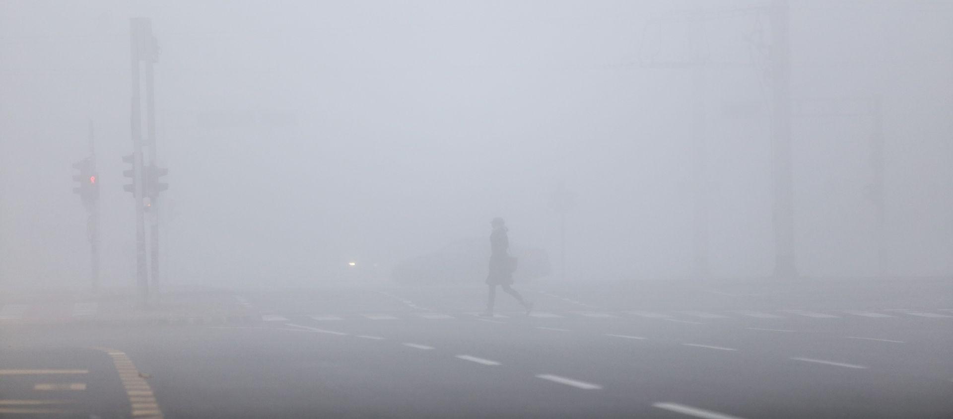 Magla smanjuje vidljivost, jak vjetar usporava promet