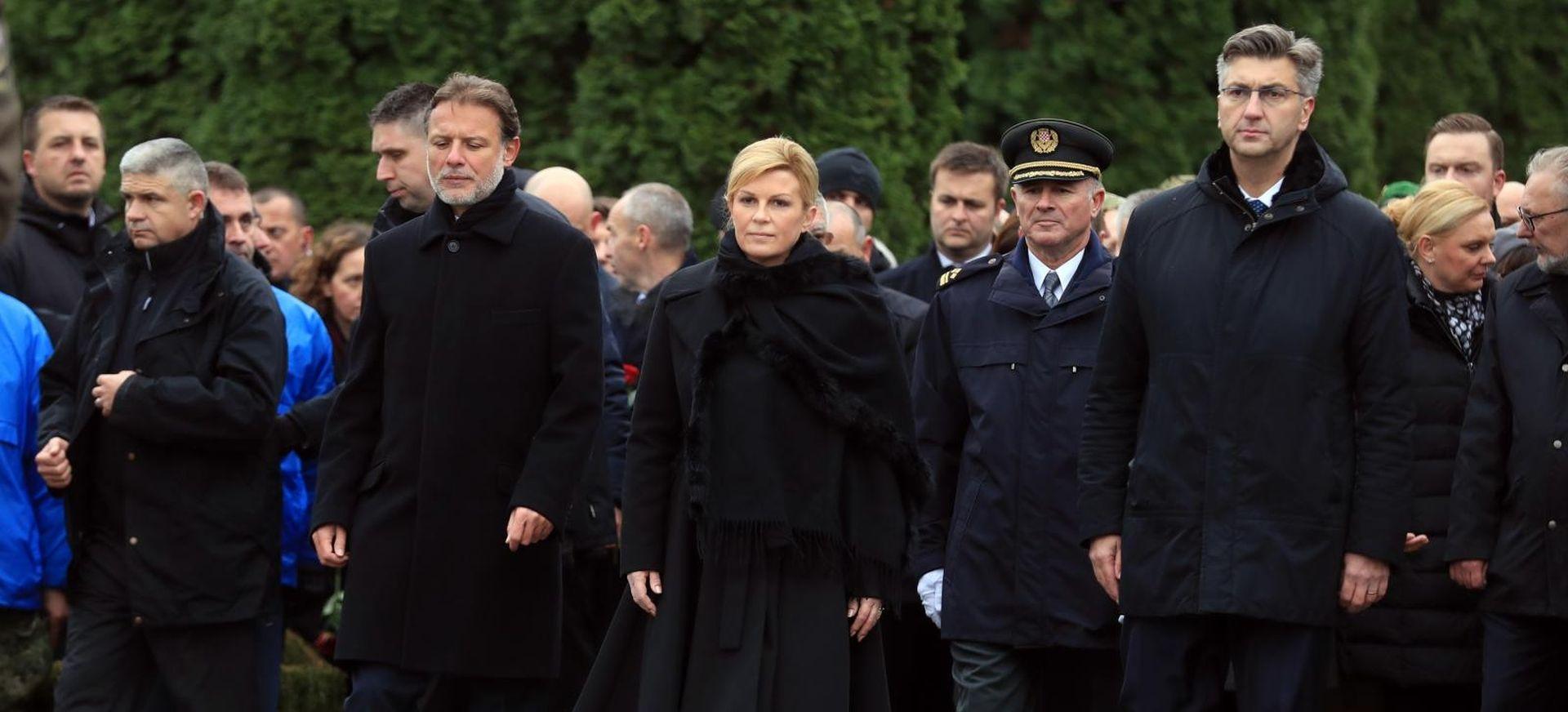 UŽIVO Kolona stigla na groblje, izaslanstva položila vijence