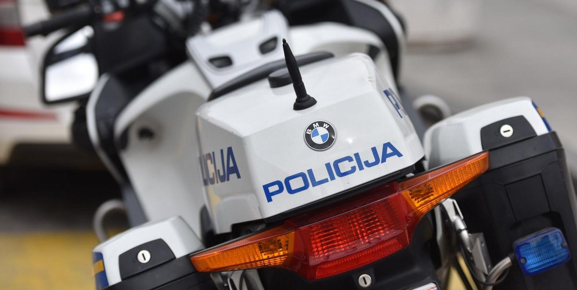 U sudaru teretnog i osobnog vozila smrtno stradala jedna osoba