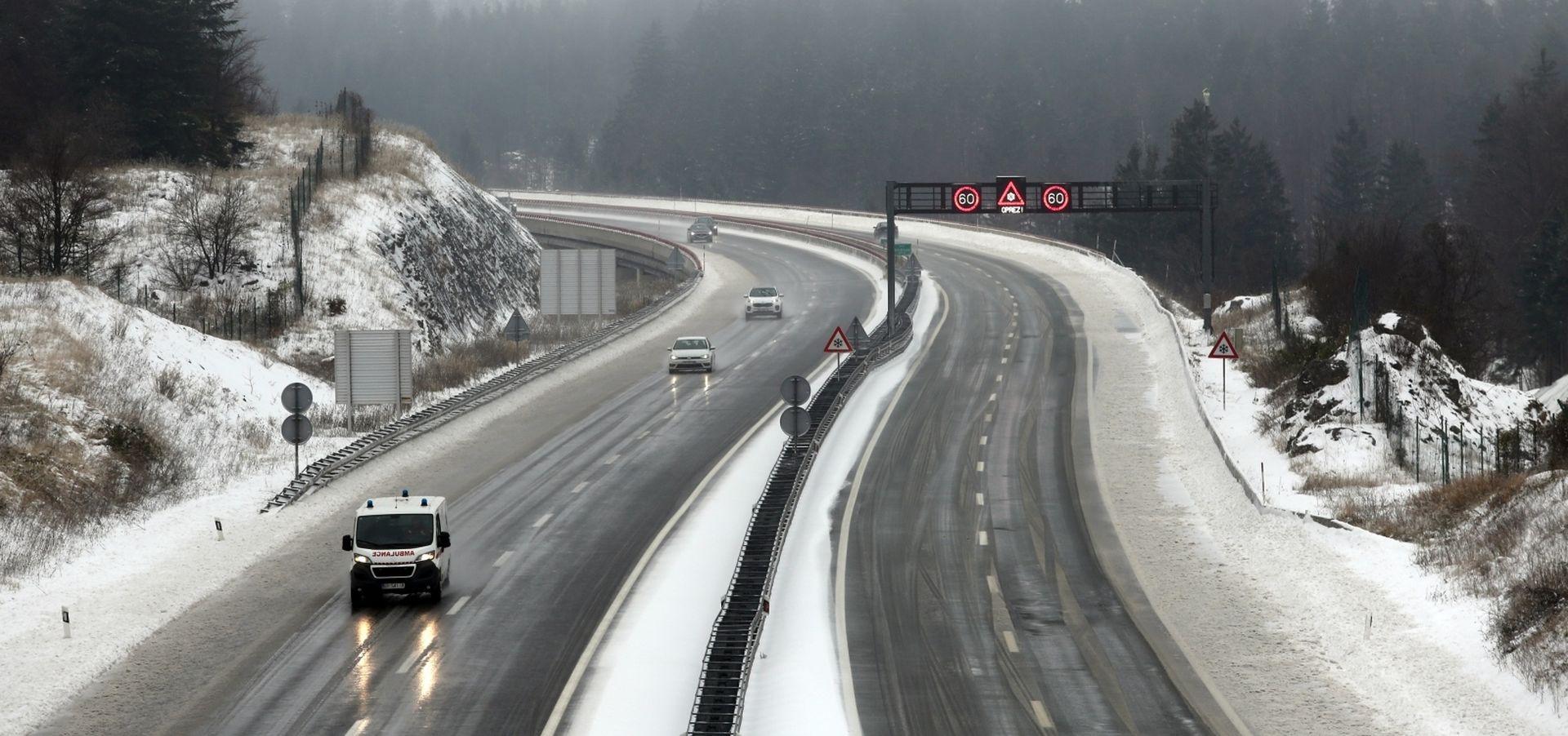 Snijeg, vjetar i ledena kiša uzrokuju velike probleme u prometu