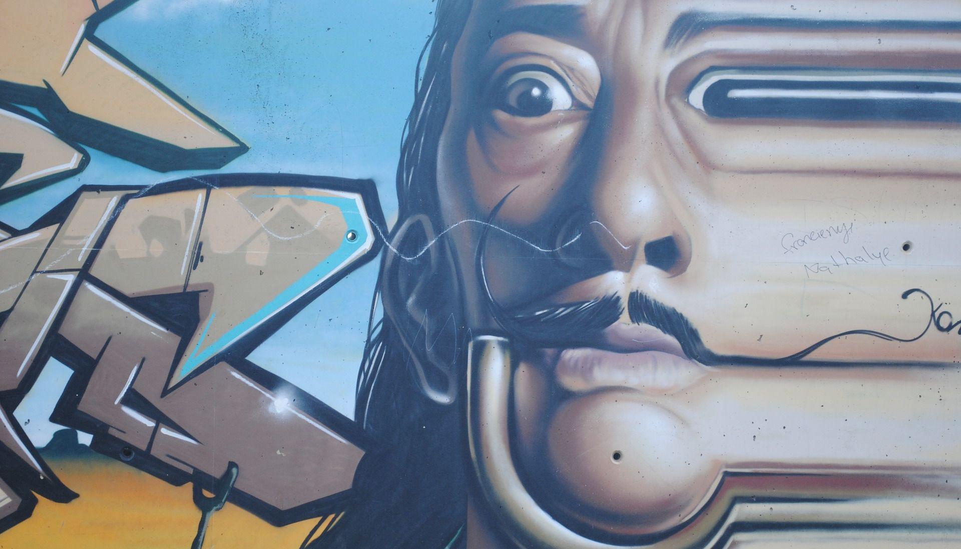 Tijekom slikanja selfija žena oštetila djelo Salvadora Dalija