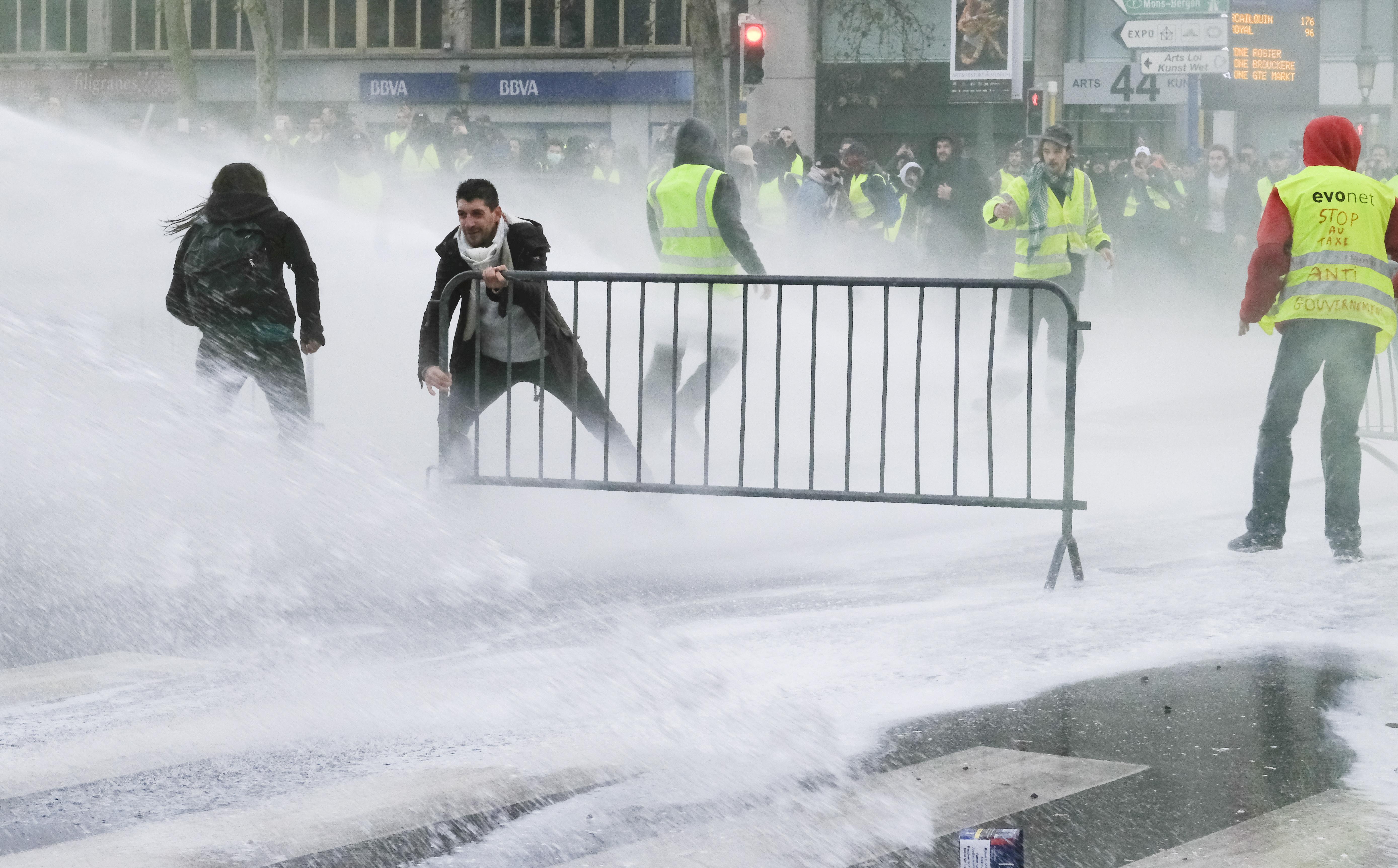 """Deseci uhićenih u sukobima """"žutih prsluka"""" i policije u Bruxellesu"""