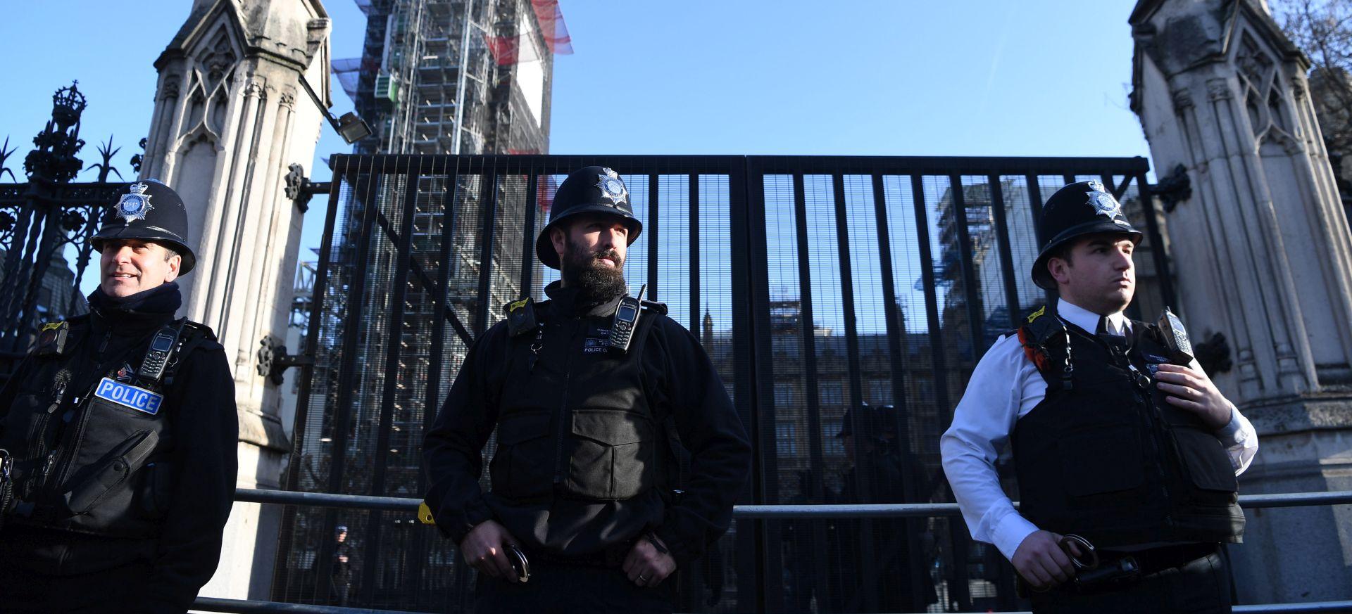 Policija elektrošokerom obuzdala muškarca ispred britanskog parlamenta