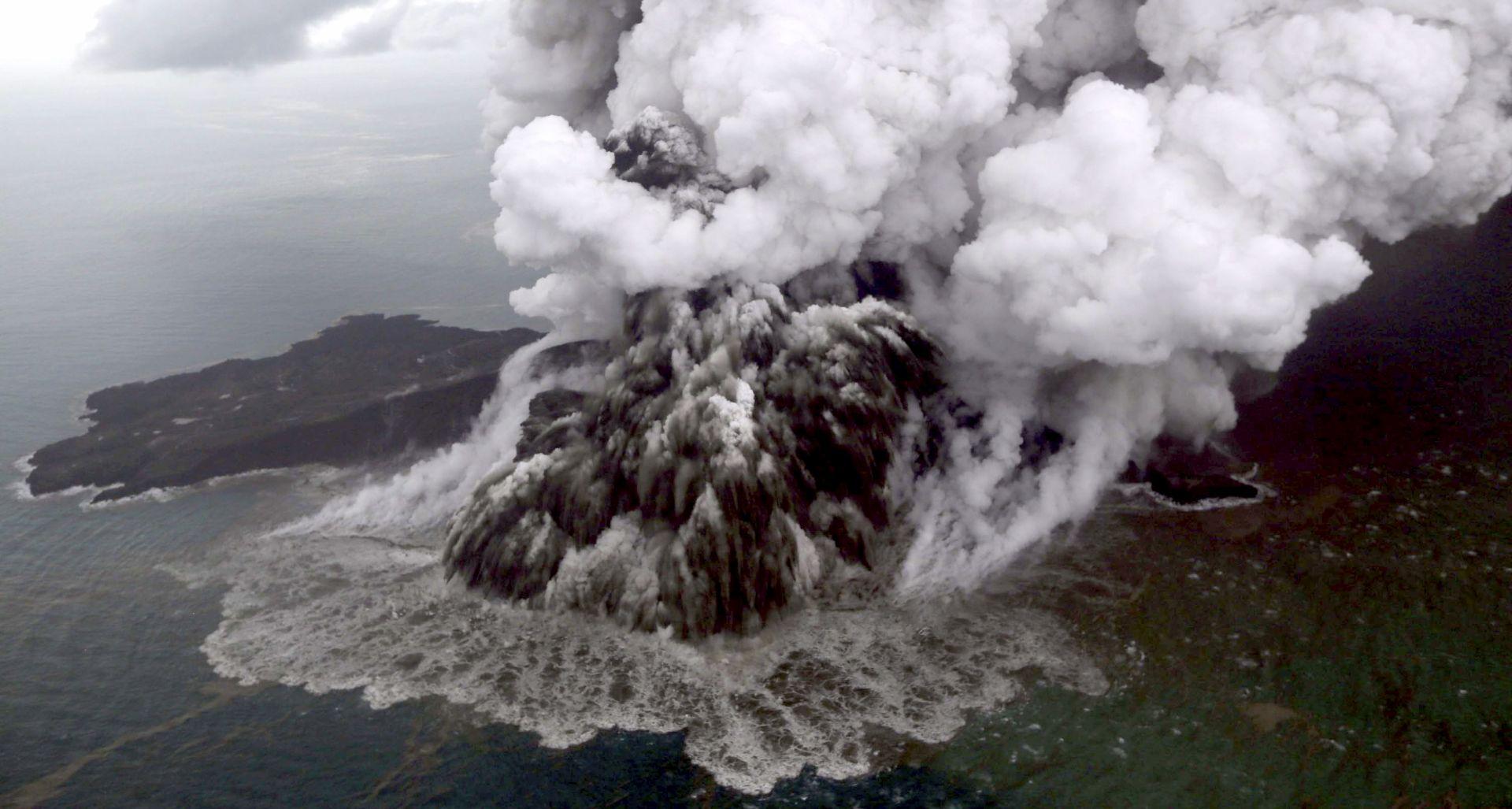 STRAH OD NOVIH ERUPCIJA Preusmjereni svi letovi oko Anak Krakataua