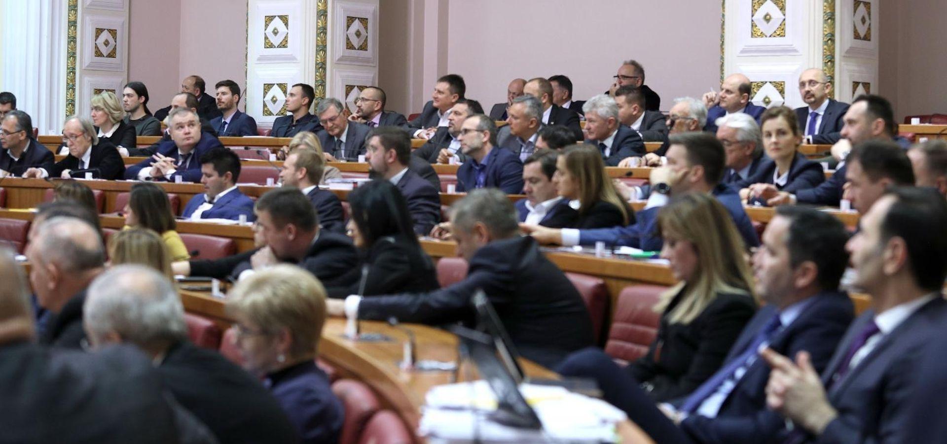Zastupnici prije ustavne stanke raspravljaju o minimalcu i udžbenicima