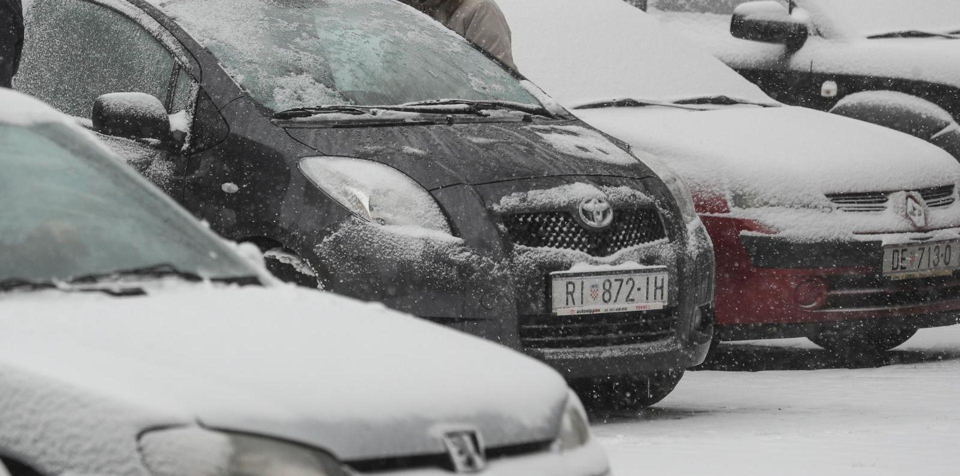 Olujni vjetar zatvara ceste na moru, snijeg otežava promet
