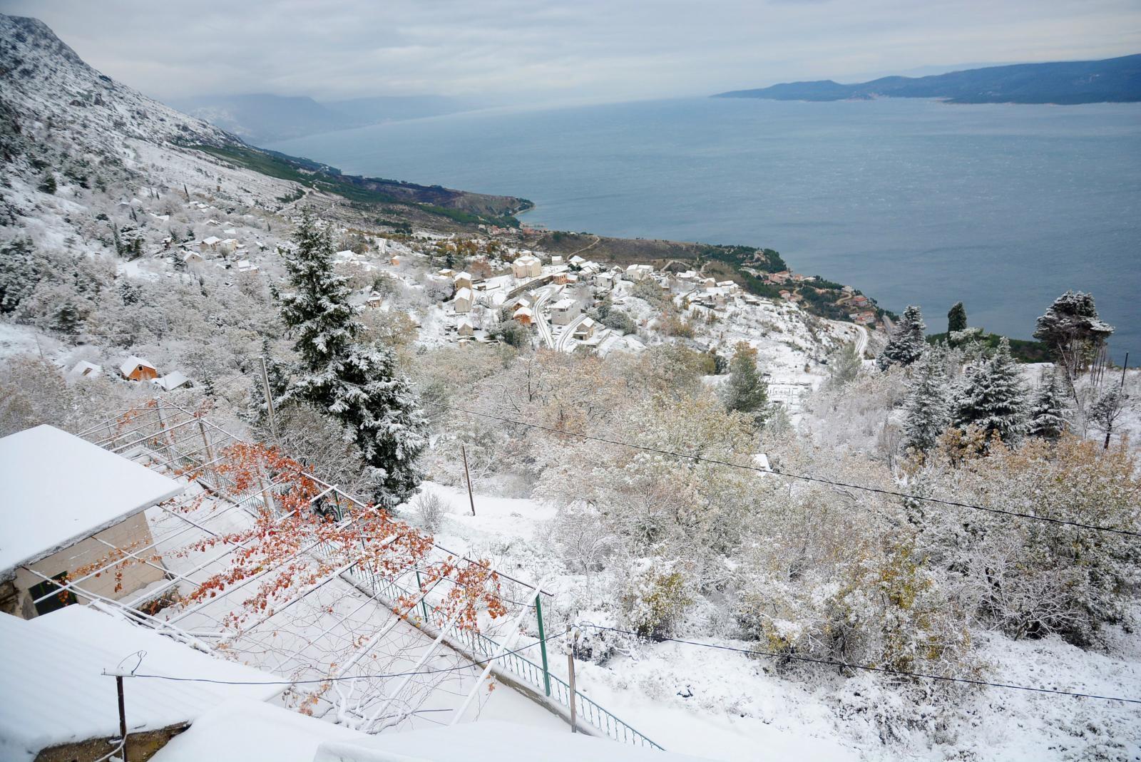 Snijeg zabijelio Dalmatinsku zagoru