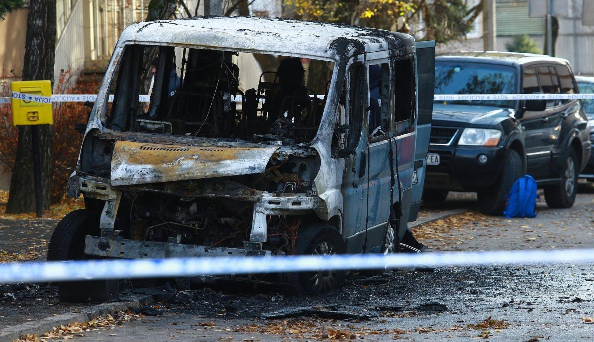 POLICIJA OBJAVILA DETALJE Vodički kombi zapaljen otvorenim plamenom