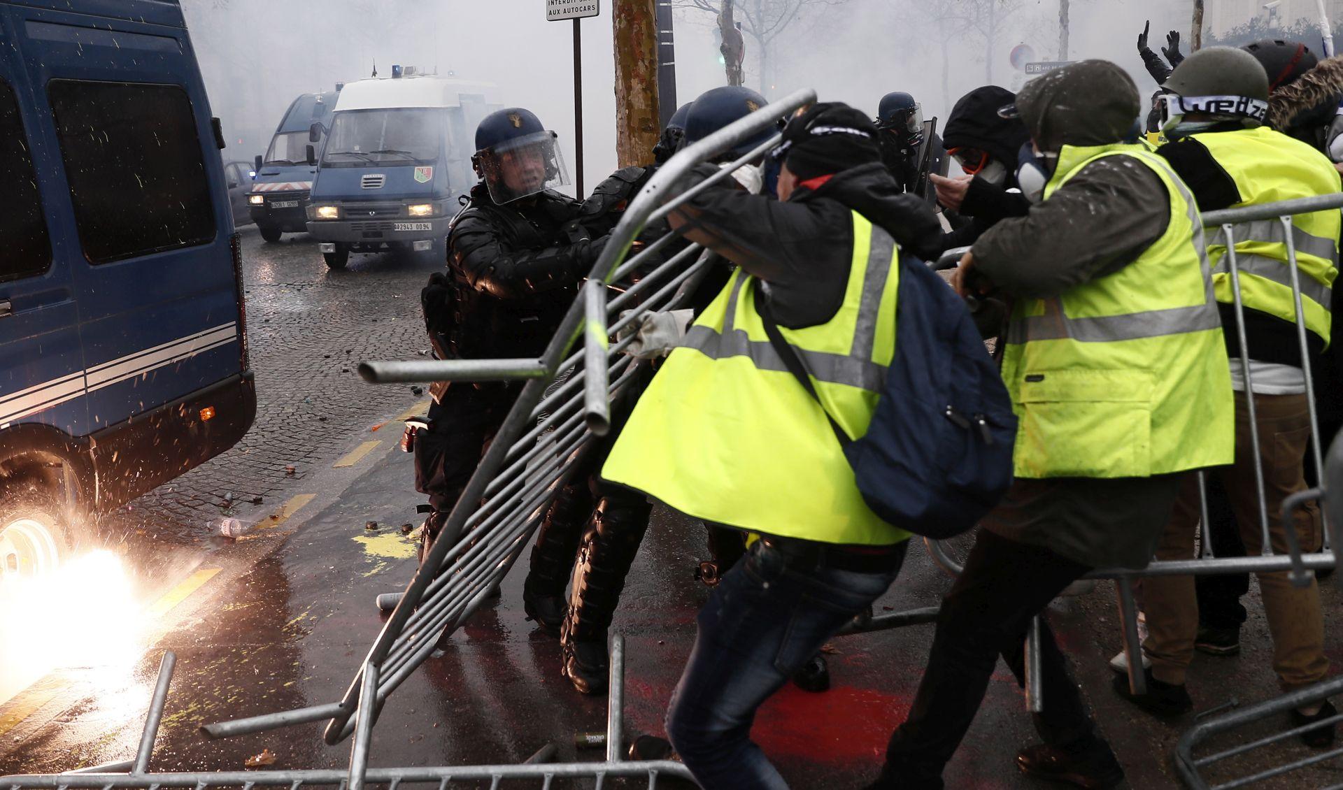 """PARIZ Žestoki okršaji policije i """"žutih prsluka"""""""