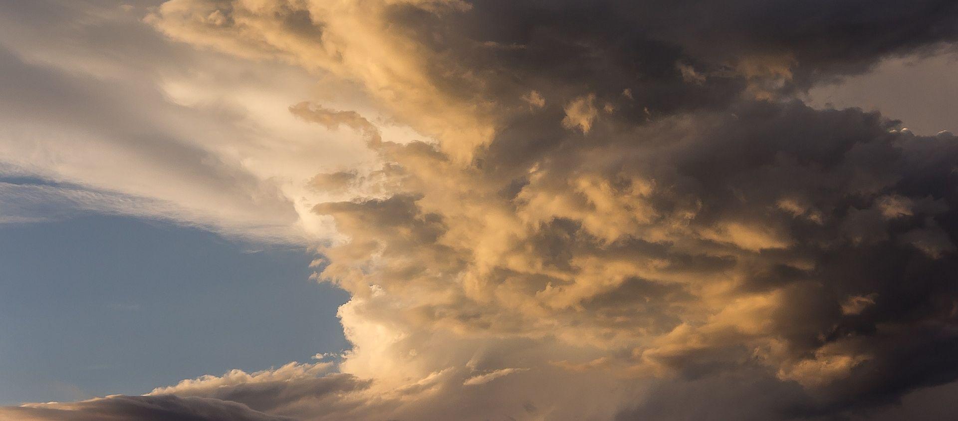 Oblačno sa sunčanim razdobljima, slabe oborine