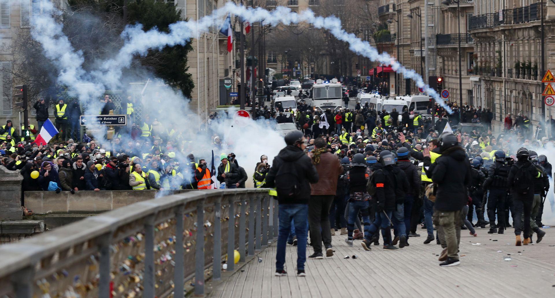 """Slab odaziv na prosvjede """"žutih prsluka"""", policija uporabila suzavac"""