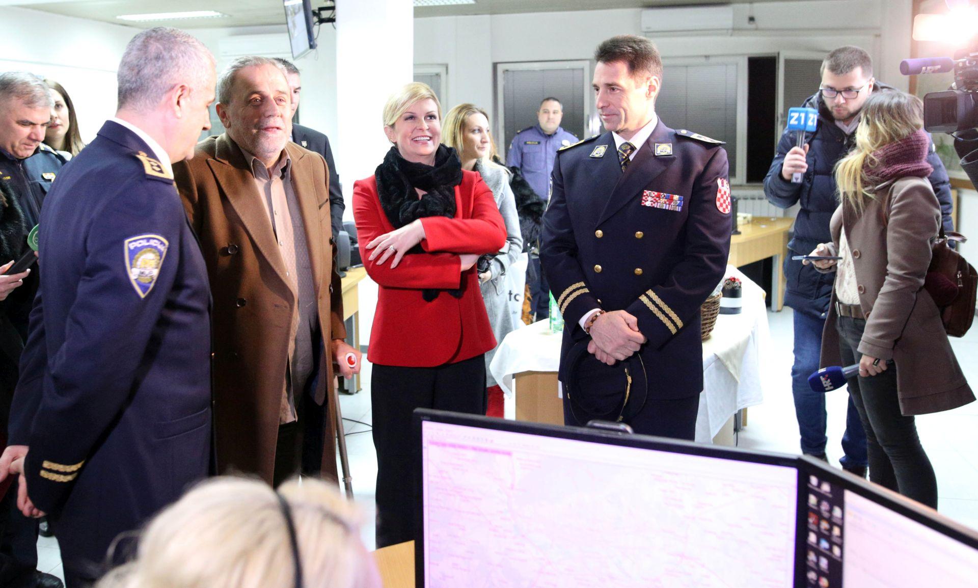 Predsjednica 2019. dočekala sa zagrebačkim vatrogascima i policajcima