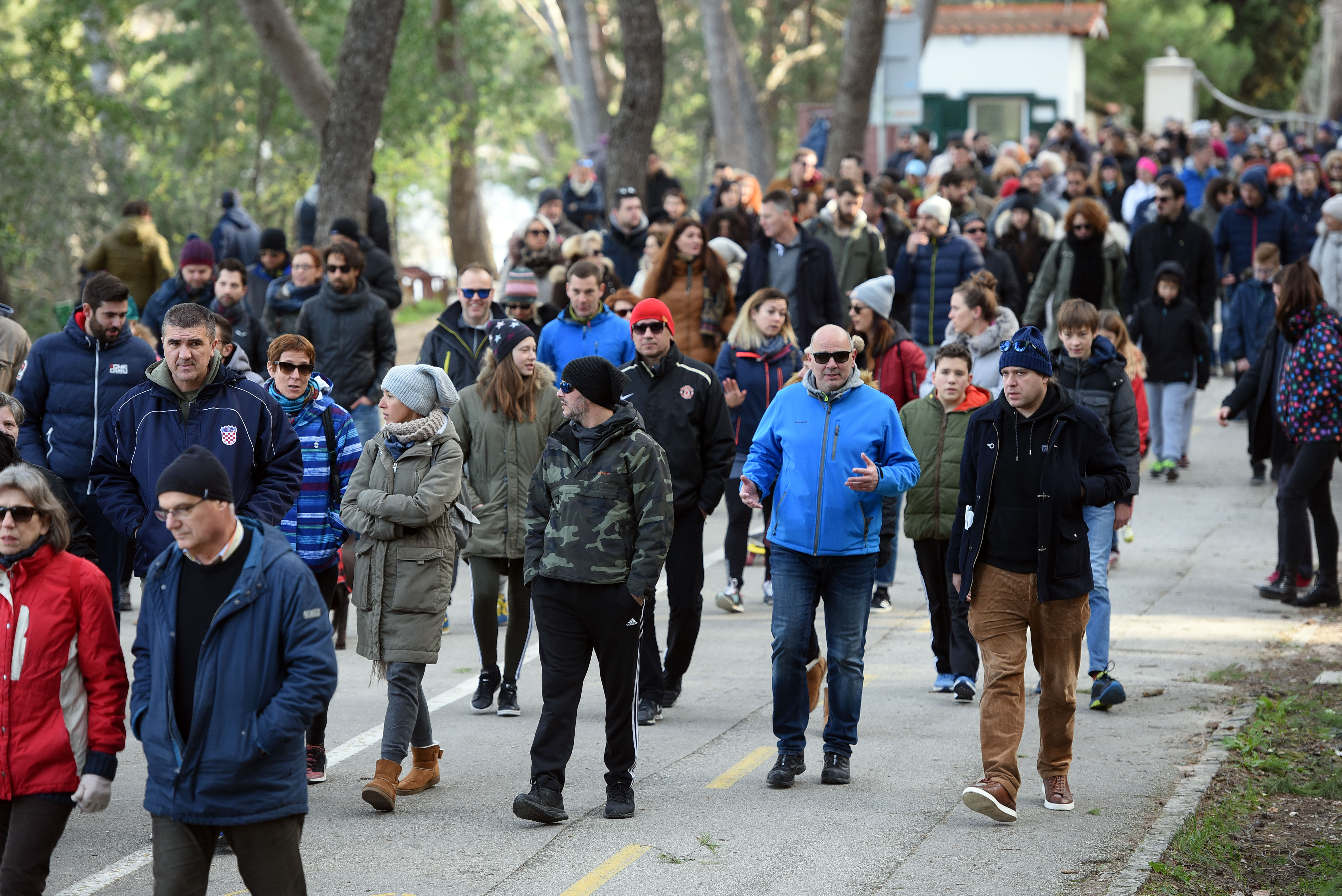 Unatoč jakoj buri, Splićani ponovno u prosvjednoj šetnji za Marjan