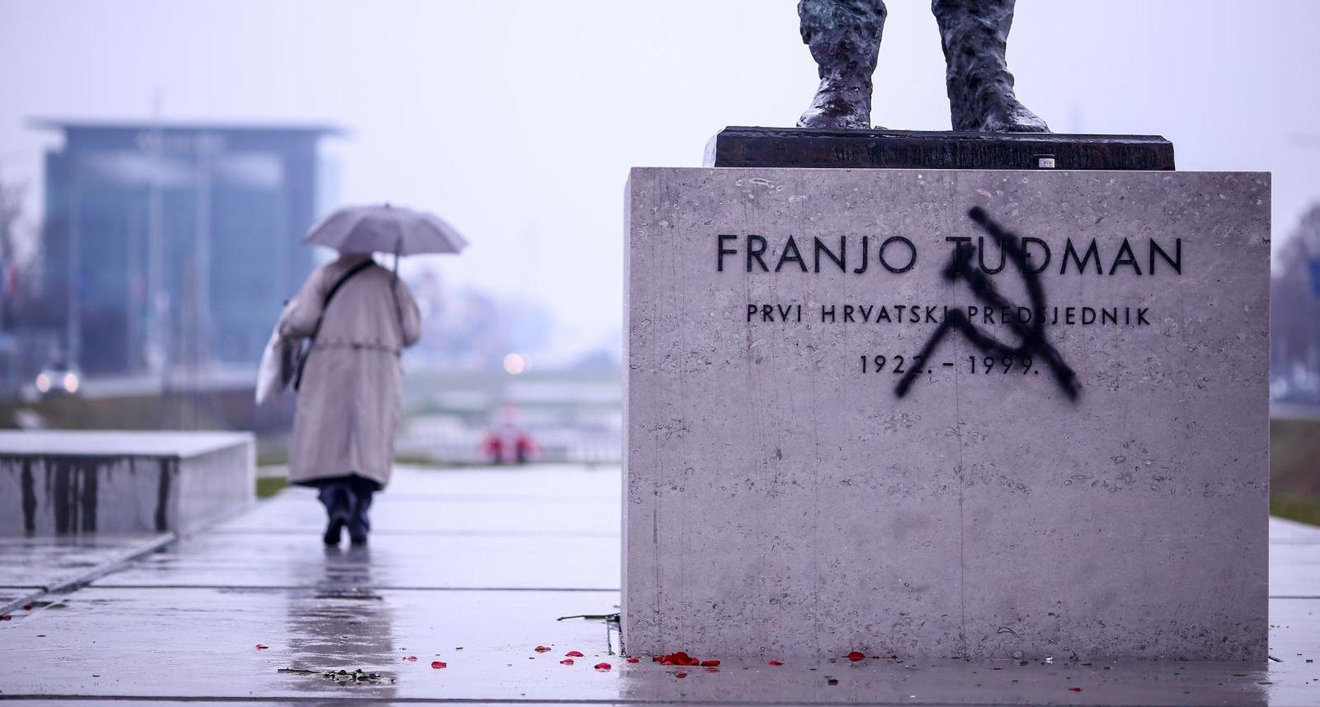FOTO: Srp i čekić na spomeniku Franji Tuđmanu u Zagrebu