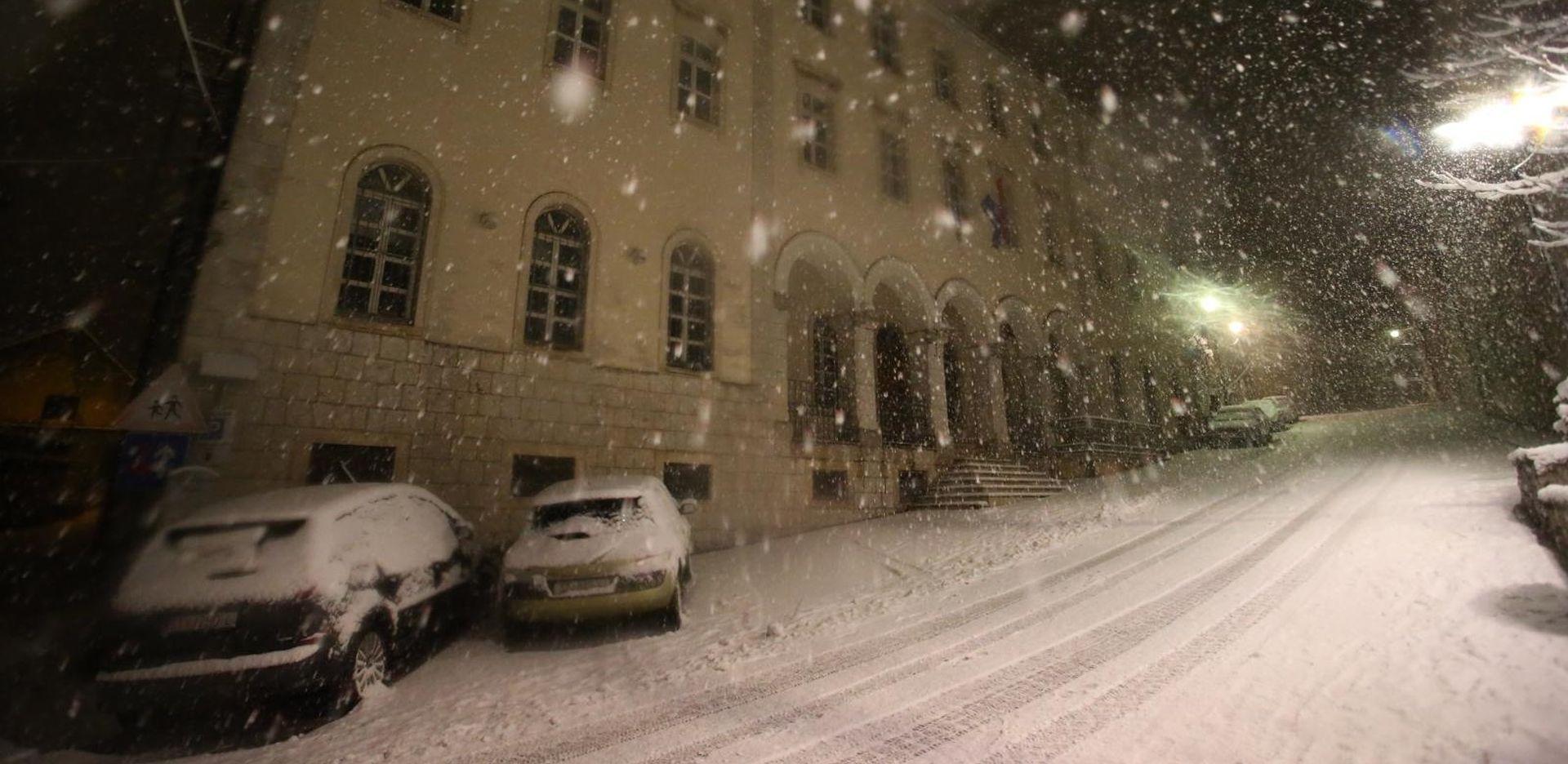 Snijeg zabijelio Dalmatinsku zagoru, nema nastave u školama Imotske krajine