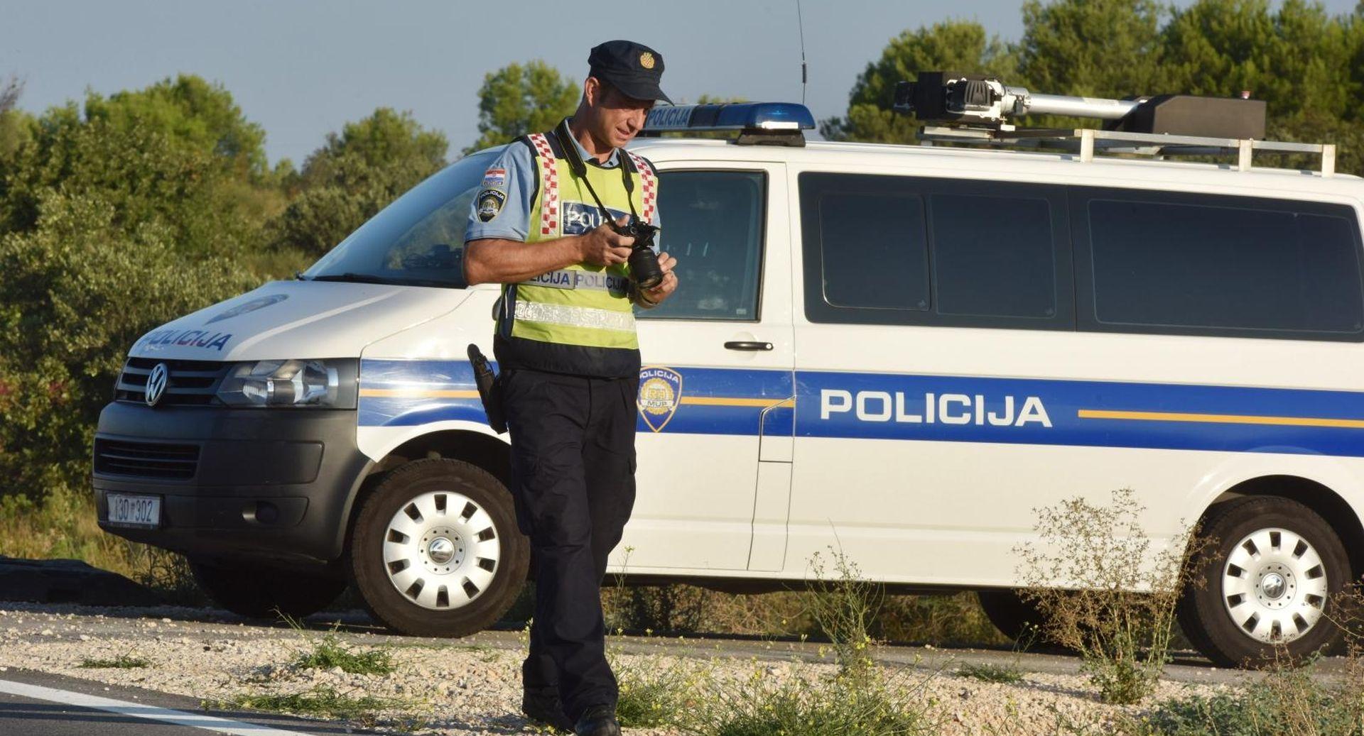 Kod Dubrovnika kamen pao na taksi, teže ozlijeđen korejski turist