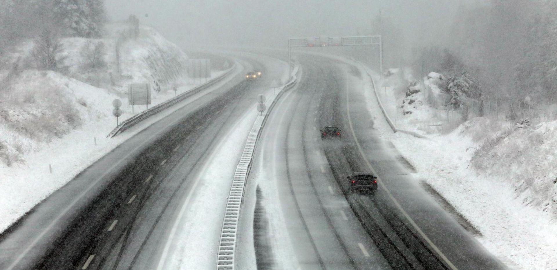VOZAČI, OPREZ! Snijeg diljem zemlje, zimski uvjeti na cestama