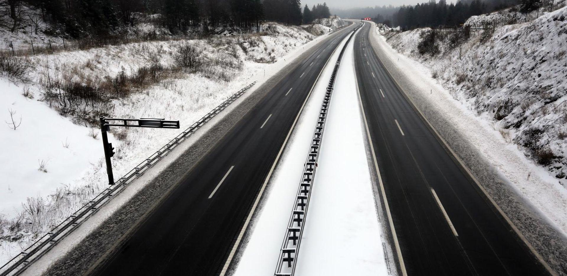 Snijeg i jak vjetar otežavaju vožnju