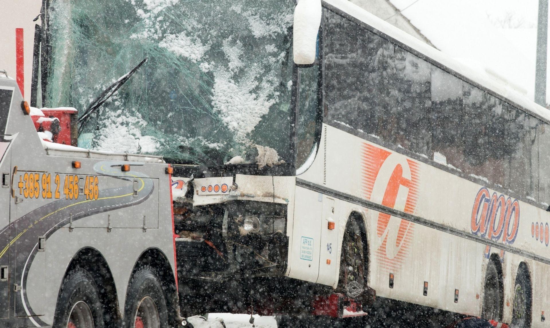 Autobus pun vojnika zabio se u kuću, dvojica ozlijeđena