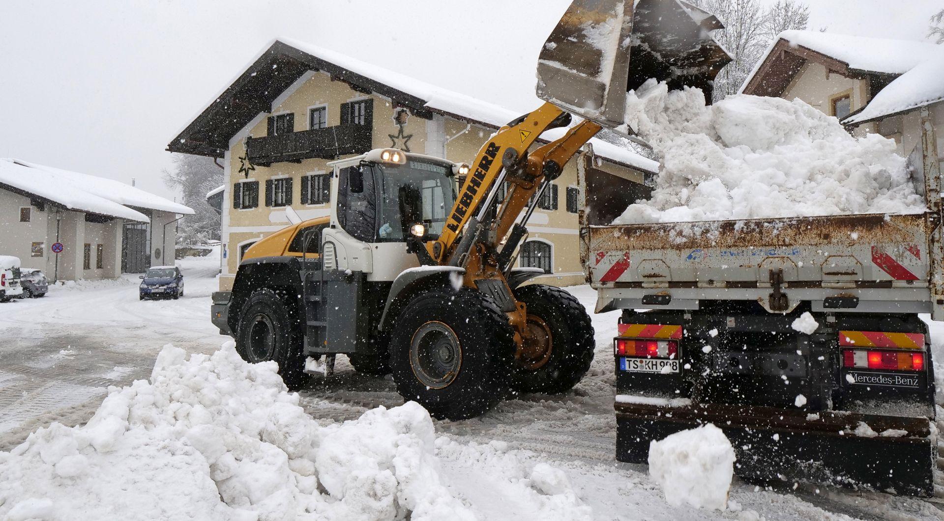 Lavine usmrtile dvije osobe, tisuće zametene snijegom