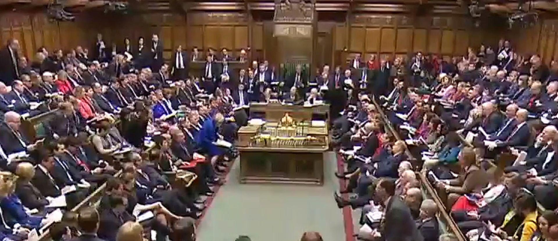 """May """"preživjela"""" glasovanje u parlamentu"""