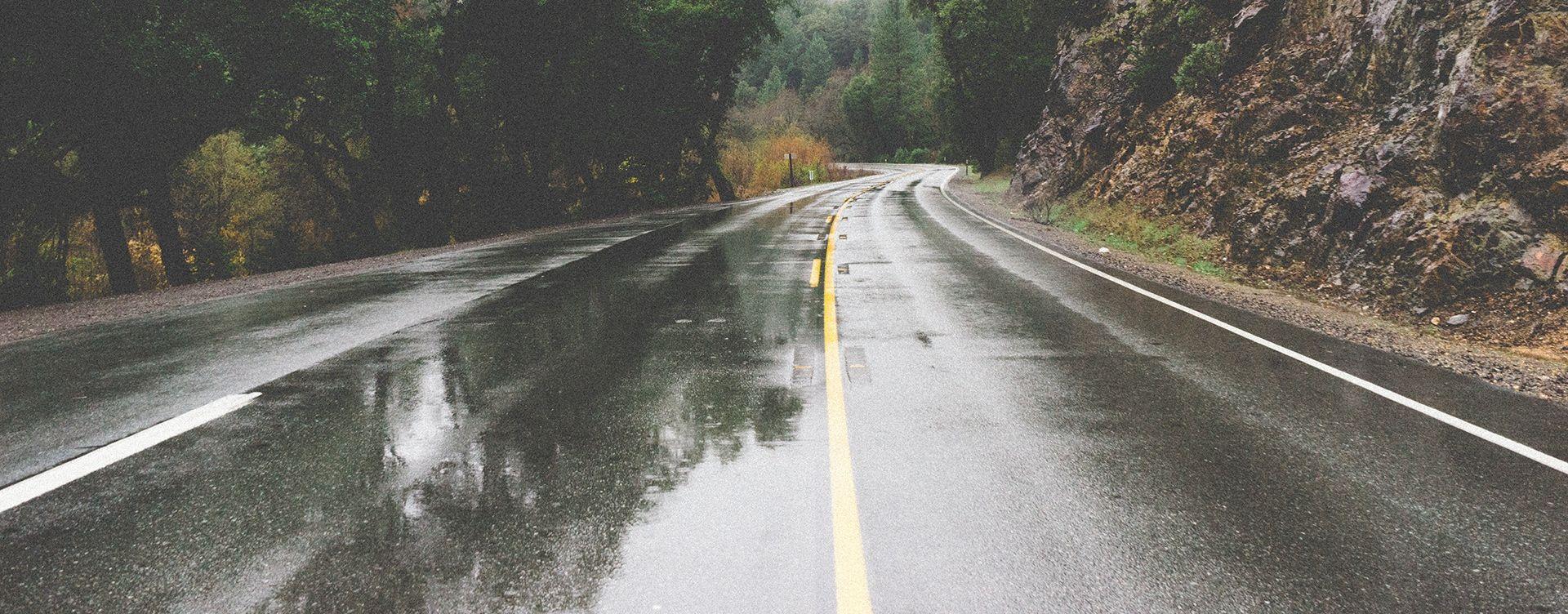 Jak vjetar na Jadranskoj magistrali, kolnici mokri i skliski