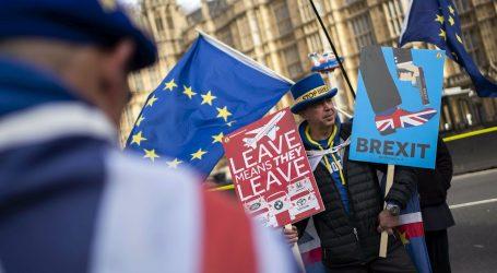BRITANIJA: 40 bivših veleposlanika pozvalo May da odgodi Brexit