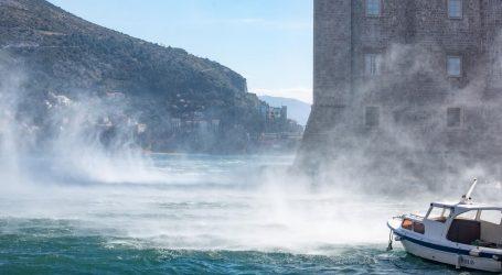 Orkanska bura i dalje stvara probleme, u prekidu pomorski promet