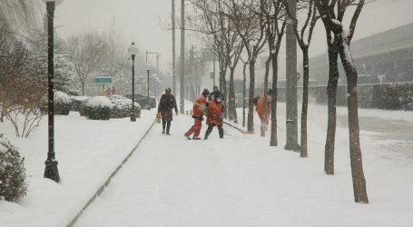 Tisuće vozila zaglavilo u snijegu na talijanskoj autocesti, 200 vozača spašeno