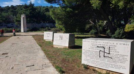 ŠIBENIK Sramotni nacistički i ustaški grafiti na spomeniku strijeljanim antifašistima