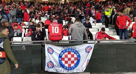 Zastava Hajduka na tribini s navijačima Benfice