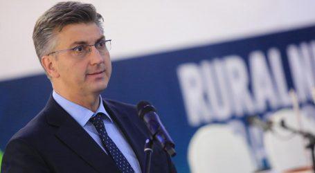 Plenković čestitao Dan žena, ministrice i novinarke dočekalo cvijeće