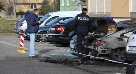 Planuo auto na parkiralištu, požar se proširio na još dva