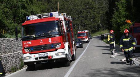 Još uvijek aktivan veliki požar kod Muća, izgorjelo više od 30 hektara šume