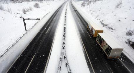 Snijeg i vjetar stvaraju probleme u cestovnom prometu