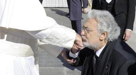 Papa objasnio zašto nije dao da mu se ljubi ruka