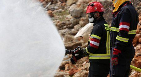 Izgorio autobus kod Delnica, putnici uspjeli pobjeći