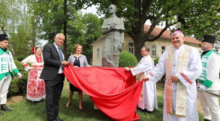 Otkriven spomenik nadbiskupu Josipu Jurju Posiloviću  u Ivanić-Gradu