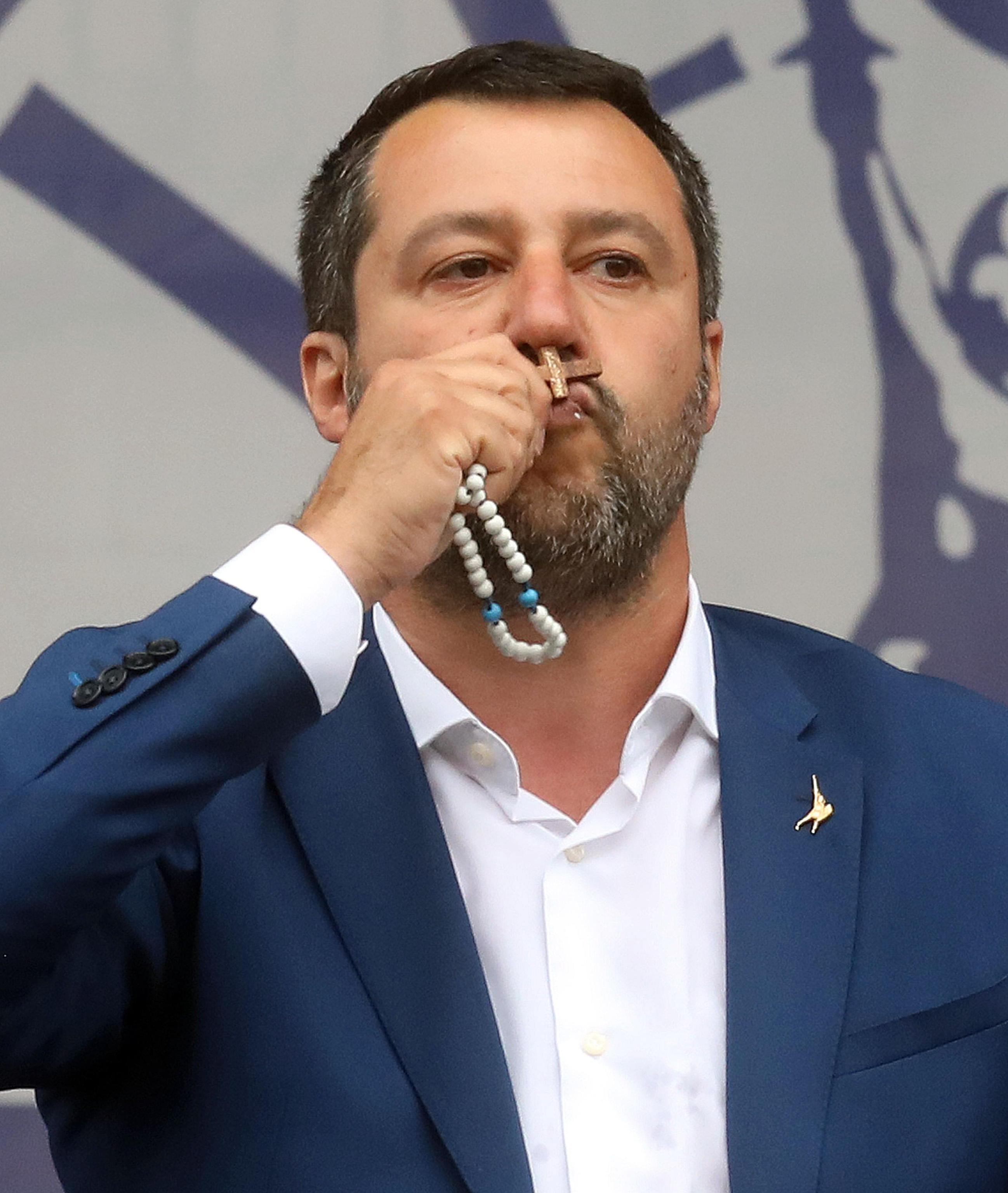 Salvini na udaru kritika zbog razmetanja kršćanskim simbolima na skupu