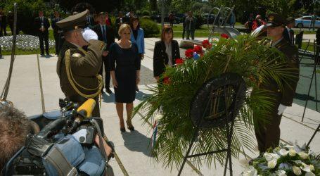 Predsjednica u Slavonskom Brodu položila vijenac u spomen poginuloj djeci