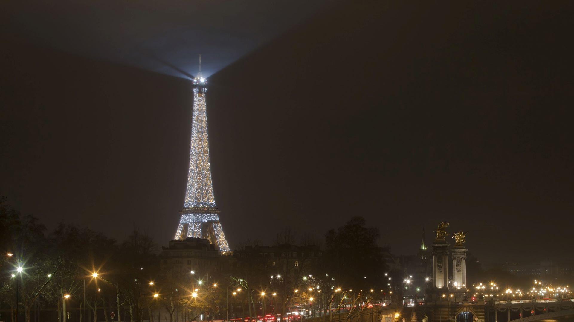 EVAKUACIJA Nepozvani penjač na Eiffelovu tornju