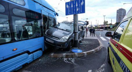 Tramvaj prignječio automobil uz stup na Branimirovoj
