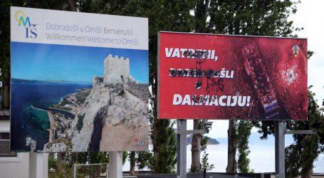 'Vatrene' na ulazu u Omiš dočekali išarani plakati dobrodošlice