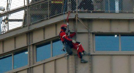 Spasioci pokušavaju uvjeriti penjača da siđe s Eiffelova tornja