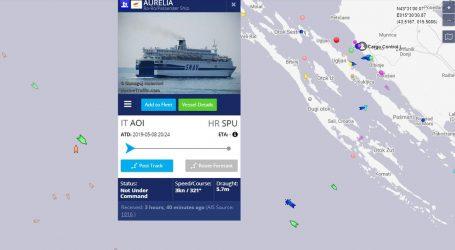 Brod s oko 250 ljudi pluta na pučini, spašavanje će trajati satima