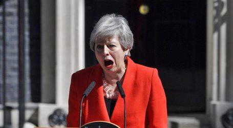 Theresa May u suzama i uz ovacije napustila parlament