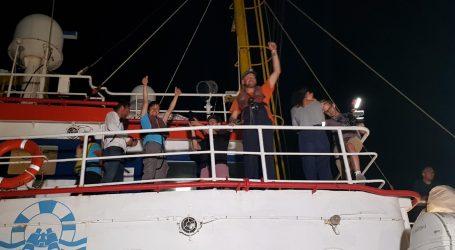 Spasilački brod s migrantima bez dozvole pristao u Lampedusi