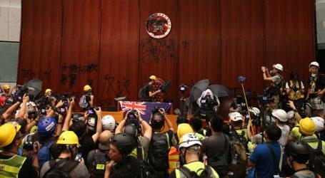"""Čelnica Hong Konga osudila """"ekstremno nasilje"""" tijekom prosvjeda"""