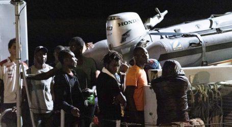 Oko 130 migranata prisiljeno ostati na usidrenom brodu talijanske obalne straže
